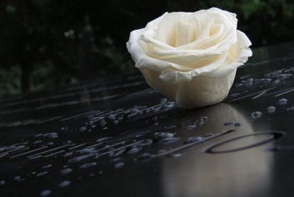 Honorer nos morts avec une plaque funéraire à moindre coût